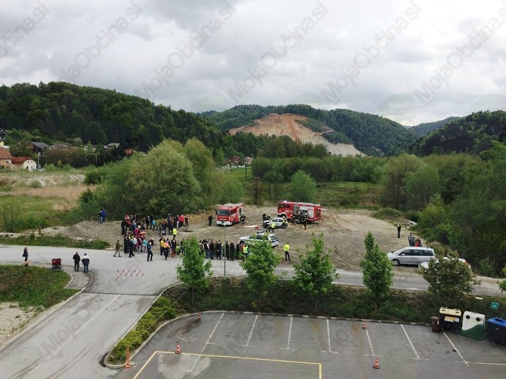 Prikaz reševanja v nesreči pred Srečno hišo in Avtom Kveder