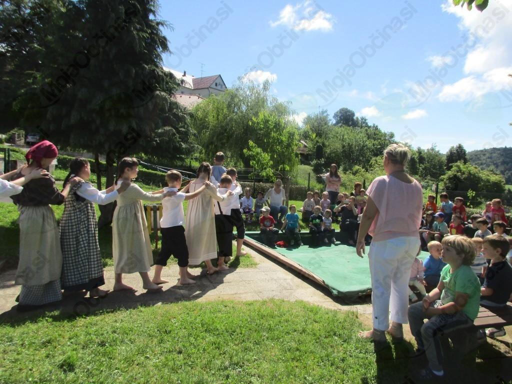 V VRTCU ČEBELICA V SODELOVANJU S STARŠI SPOZNAVAJO LJUDSKE PLESE IN IGRE