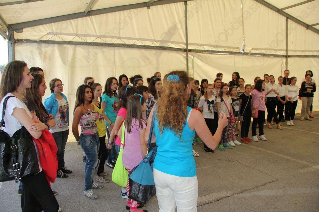 Dekliški zbor poje tudi slovensko