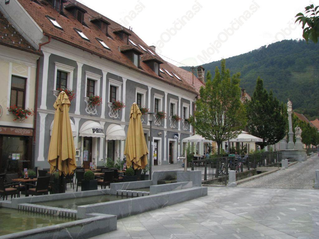 Stari trg z galerijo Riemer