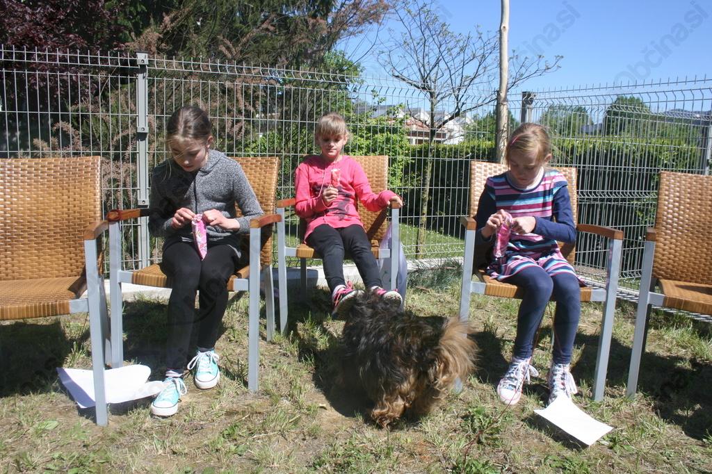 Dekleta na sladoledni zabavi in Piki na čakanju česa dobrega. ;-)