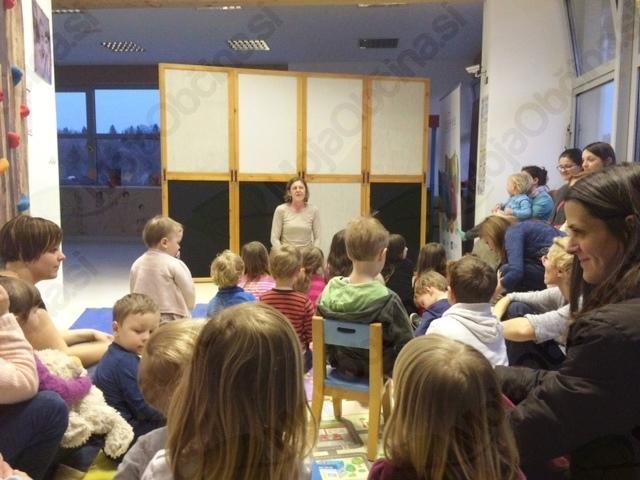 Izolski lutkarji in mladi plesalci lukoviškega folklornega društva napolnili Srečno hišo