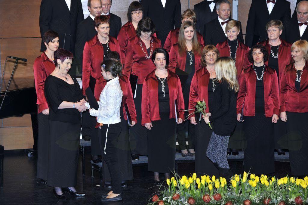 Poseben pečat daje zboru muzikalnost zborovodkinje Adele Jerončič. Foto: Arhiv JSKD OI Nova Gorica