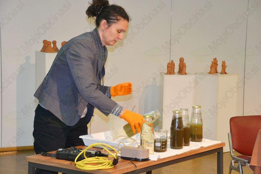 Demonstracija razlike čiščenja odpadne vode pri greznici in mali čistilni napravi.