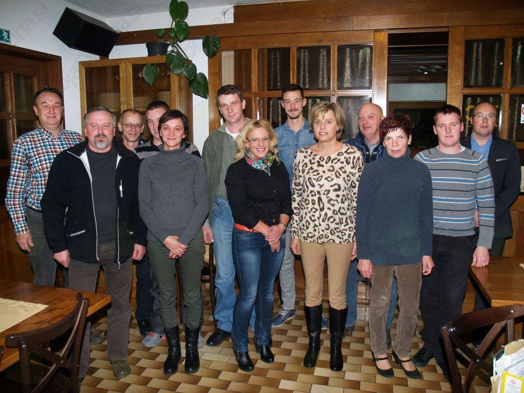 Člani novoizvoljenega sveta KS Hinje skupaj z županom Škufco in direktorjem Grosom