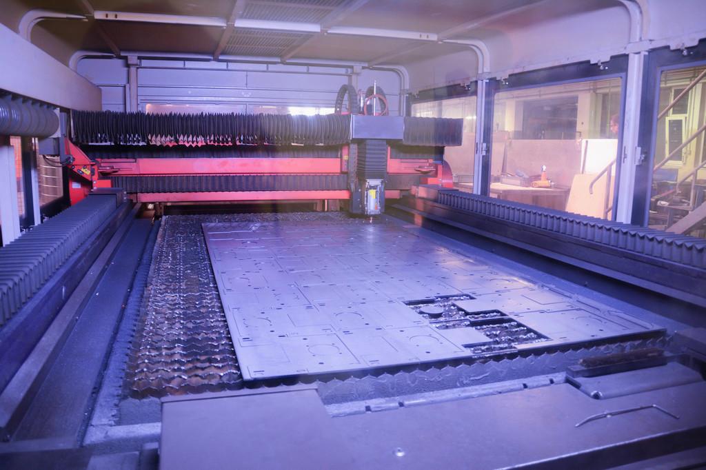 Pogled skozi steklo na sodobno lasersko napravo za obdelavo kovin
