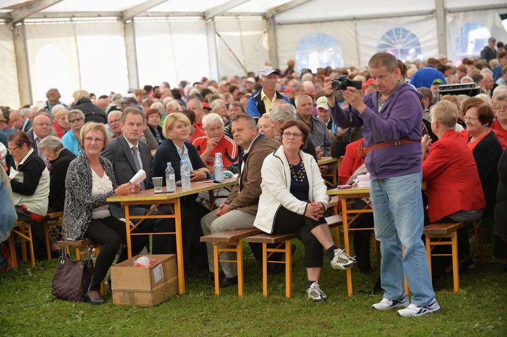 Gosti med udeleženci v šotoru