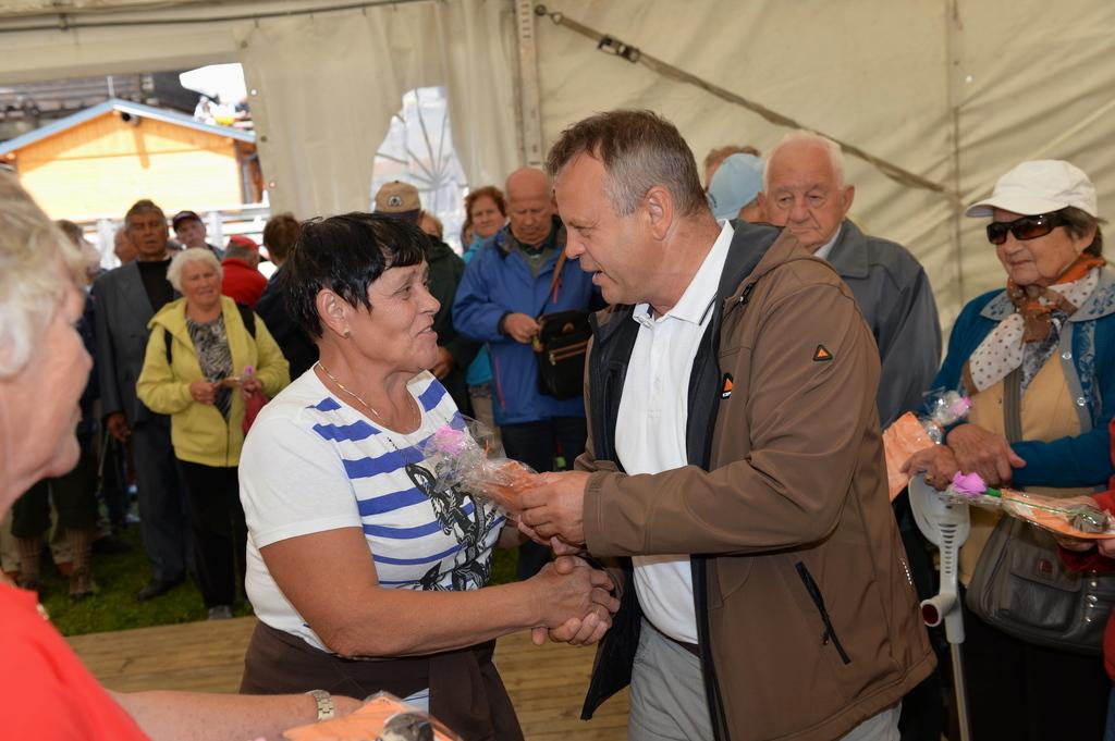 Bojan Borovnik, župan Ob čine Mislinja podeljuje spominska darila najstarejšim udeležencem srečanja