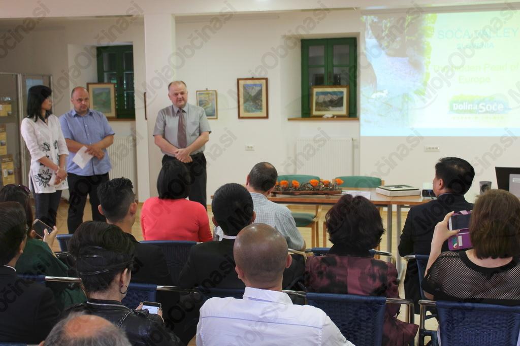 Delegacijo je pozdravil in nagovoril kobariški župan. Foto: Nataša Hvala Ivančič