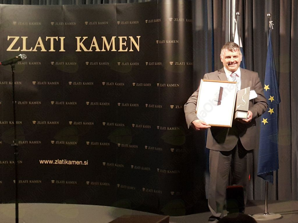 Župan Rupert Gole s priznanjem za najbolj razvito občino v 2. regiji in z nagrado Zlati kamen, foto: Lapego