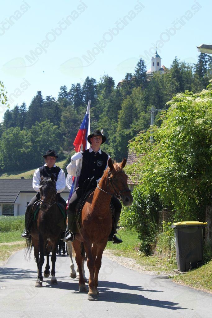 Na čelu parade so bili tudi tokrat domači konjeniki s slovensko zastavo.