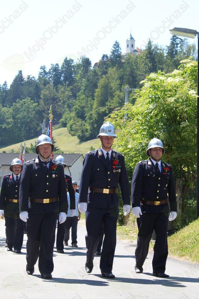 Slavnostno parado je vodil poveljnik PGD Podolnica Jaka Verbič (v sredini) v spremstvu Damjana Prebila (levo) in Simona Žvoklja.