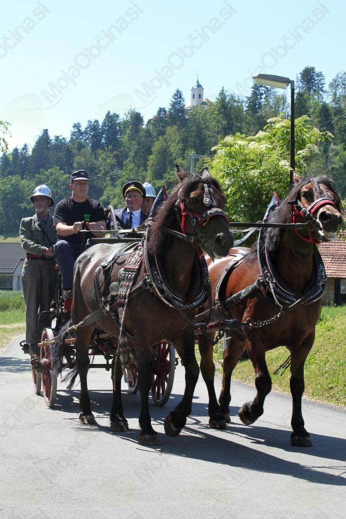 Na čelu ešalona gasilskih vozil je bila konjska vprega z ročno brizgalno iz leta 1935, ki so jo spremljali veterani PGD Vrzdenec.
