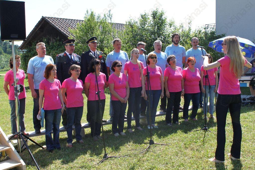 Mešani pevski zbor Prosvetnega društva Horjul je poskrbel za kulturne drobtinice na slovesni paradi.