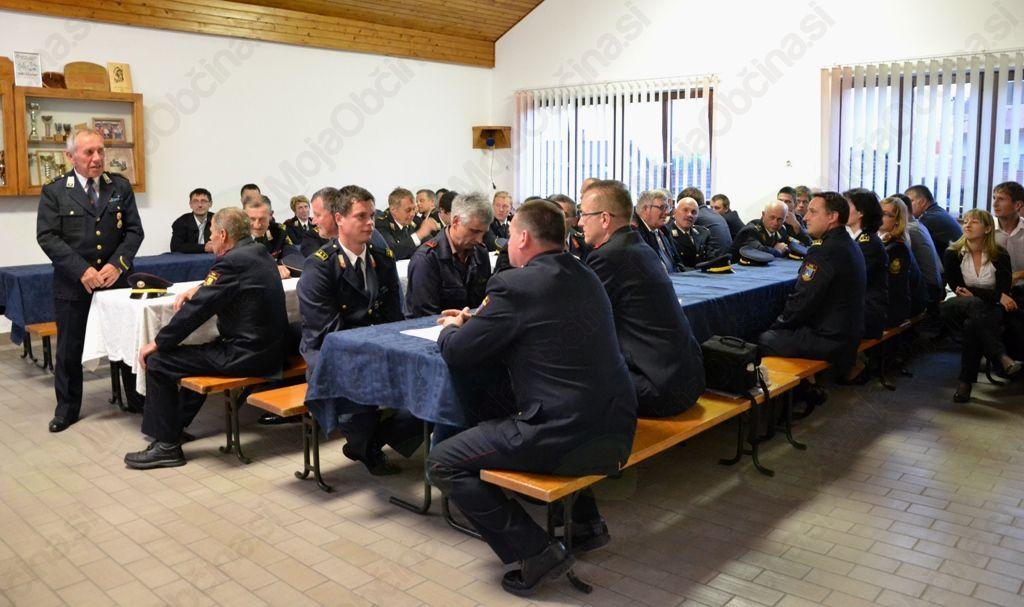 Zbrani gasilci in gasilke na slavnostni seji ob 30-letnici PGD Podolnica