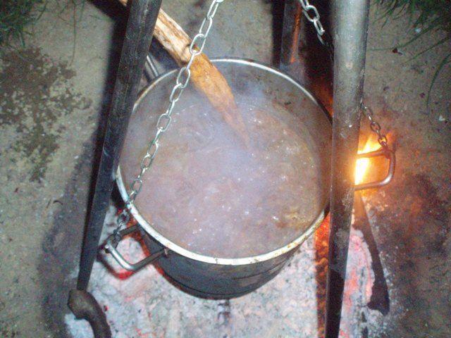 Kuhanje golaža za lačne udeležence klubskega pohoda. Foto: Jure Kotnik