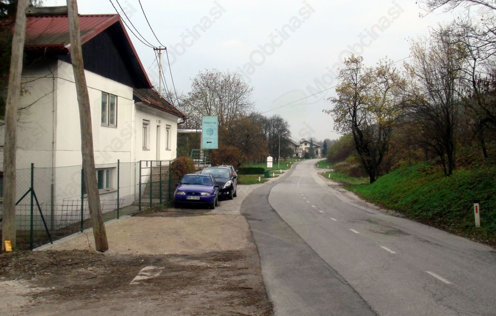 Tu naj bi bil koridor za pešce in ne parkirna mesta