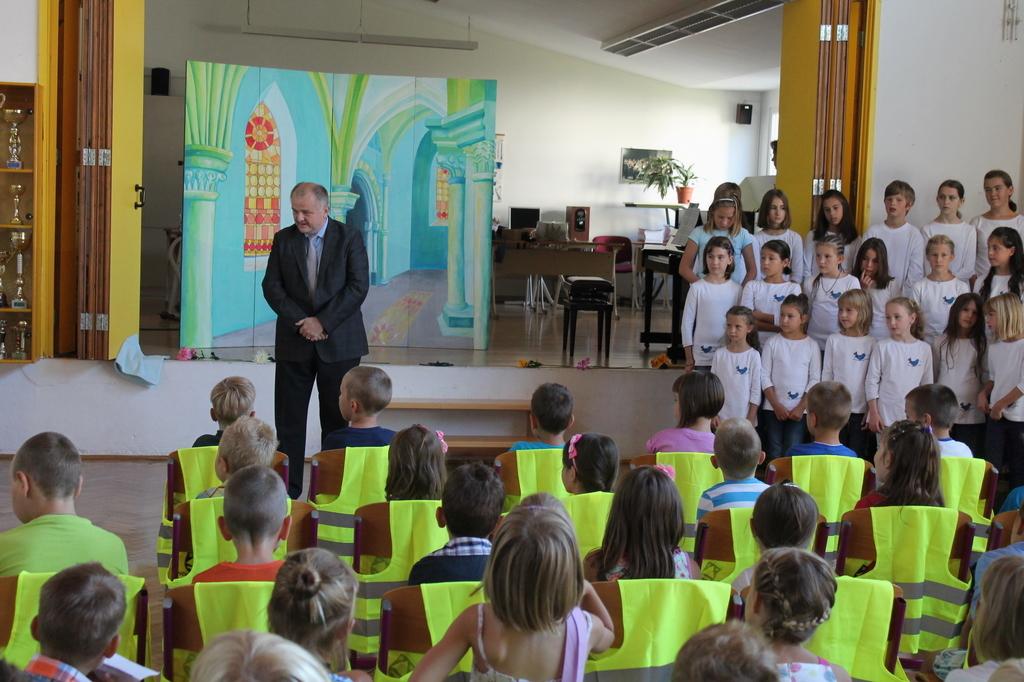 S spodbudnimi besedami in čestitkami je prvošolčke pospremil tudi kobariški župan Robert Kavčič. Foto: Nataša Hvala Ivančič