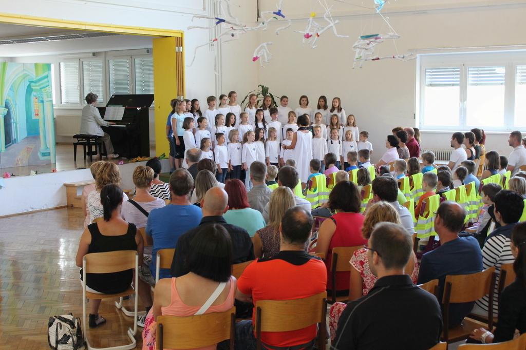 Prvošolčke so s pesmijo pozdravile mlade pevke in pevci Otroškega pevskega zbora OŠ Kobarid pod vodstvom Karmen Ostrožnik. Foto: Nataša Hvala Ivančič