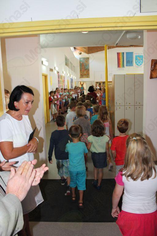 Na centralni šoli v Kobaridu so prvošolčke sprejeli učenci nižjih razredov in posebej zanje pripravili prisrčen kulturni program. Foto: Nataša Hvala Ivančič