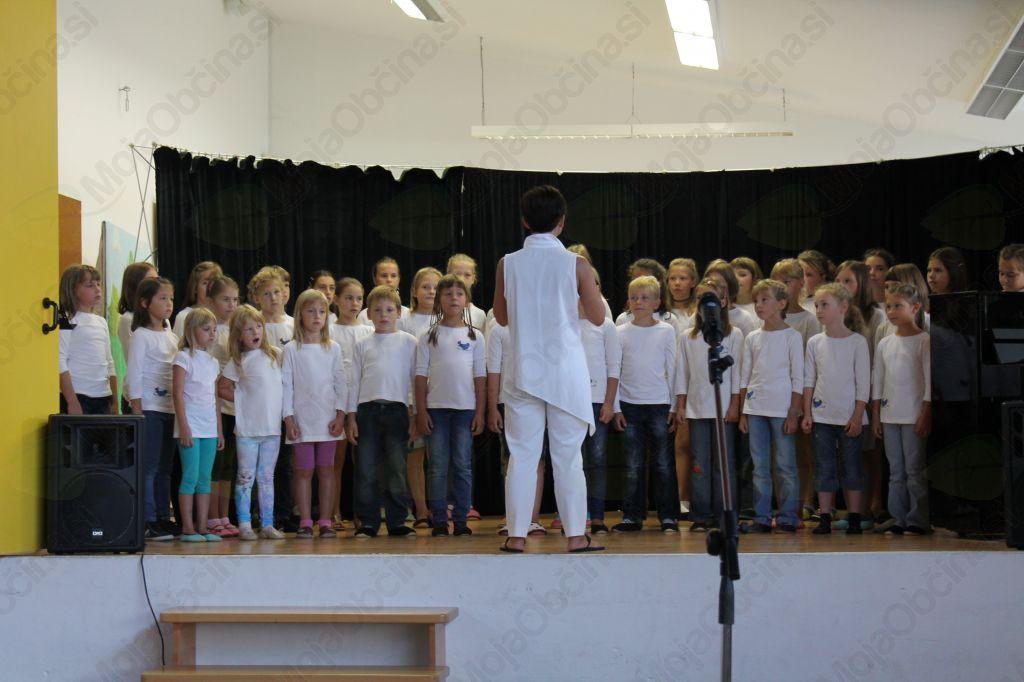 Prvošolčke so s pesmijo pozdravili otroci pevskega zbora OŠ Kobarid pod vodstvom Karmen Ostrožnik. Foto: Nataša Hvala Ivančič