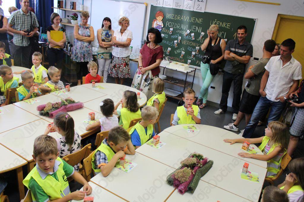 Uradnemu sprejemu je sledil družabni del. Prvošolčki so si ogledali razred v katerem bodo preživeli šolsko leto, spoznali učiteljice in se v družbi prijateljev, staršev in učiteljic posladkali. Foto: Nataša Hvala Ivančič