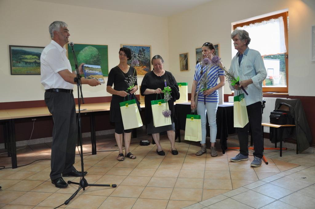 Župan izroča darila slikarkam in umetniškemu vodju