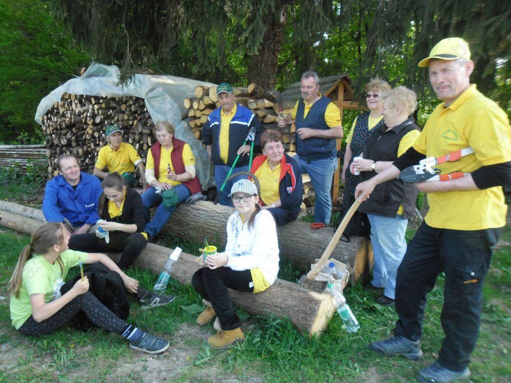 Skupinska fotografija članov, ki so pomagali pri čiščenju poti