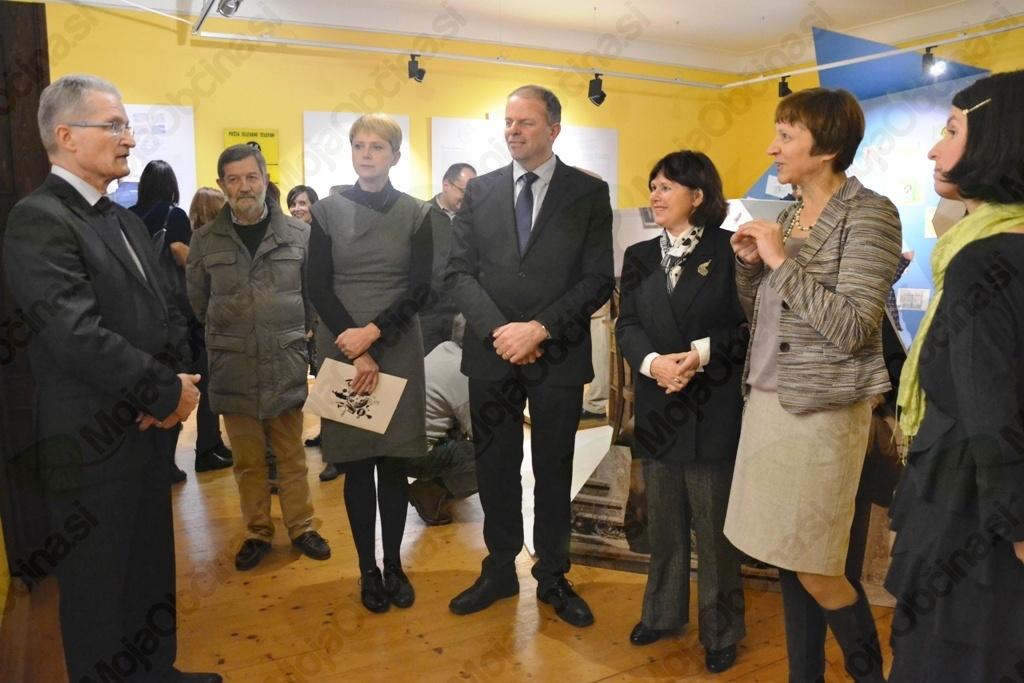 Predstavnik Telekoma Zoran Janko, direktorica muzeja Natalija Polenec, župan Franc Setnikar, predstavnica kulturnega ministrstva Jana Mlakar, pripravljavki priložnostne razstave (od leve proti desni).