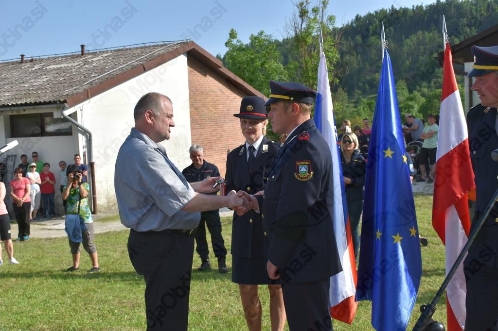 Župan Robert Kavčič je slovesno predal ključe gasilskega vozila predsedniku PGD Breginj Igorju Bricu.