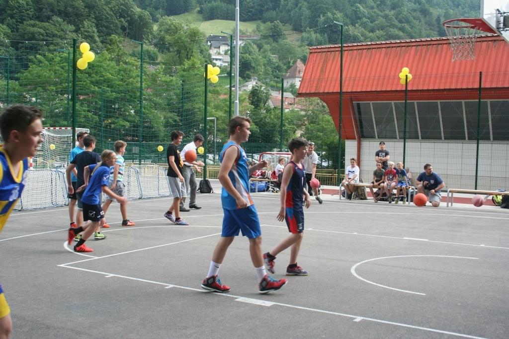 Vrvež na obnovljenem športnem igrišču pri OŠ Tržič (foto Arhiv Občine Tržič)