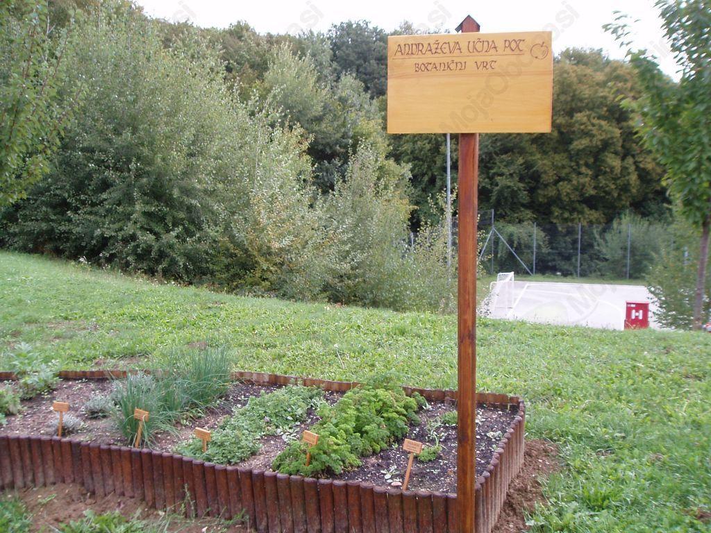 Zeliščna gredica-botanični vrt pred OŠ Vitomarci