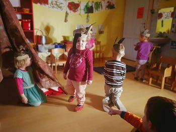 Male lutke in mali igralci