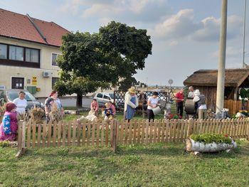 Jesenska okrasitev vaškega središča v Lovrencu