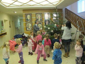 Otroci okrasili novoletni smrečici