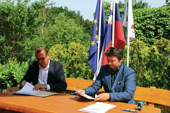 Podpis pogodbe za gradnjo prizidka k OŠ Preserje