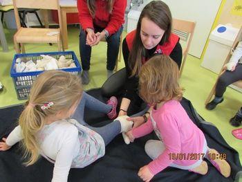 Usposabljanje prostovoljcev za izvajanje delavnic prve pomoči za predšolske otroke