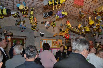 V Polhov Gradec priletele čebele iz celega sveta