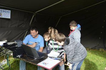 Otroci se pri tabornikih povezujejo s svetom