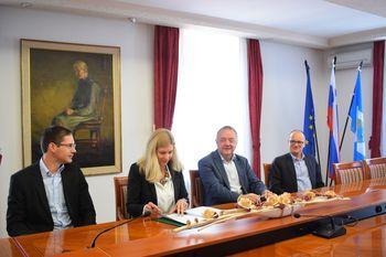 Občina Kanal ob Soči in Salonit Anhovo podpisala sporazum, ki bo 1.138 uporabnikom omogočal kakovostno pitno vodo