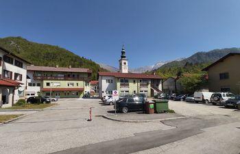 Župan in stanovalci Mateličeve ulice 6 dosegli dogovor glede ponovne vzpostavitve dostopa do Zdravstvene postaje Kobarid