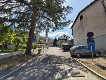 Preplastitev ceste med hotelom in zdravstveno postajo