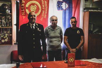 Gasilci iz Rakitne podpisali pogodbo za novo gasilsko vozilo