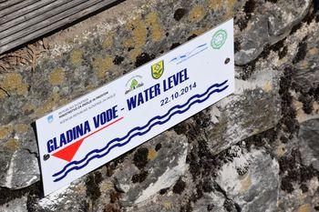 Nova oznaka visokih voda v Polhovem Gradcu opominja na poplave leta 2014
