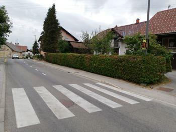Ali veste, zakaj je nova prometna signalizacija v Brezju nameščena tako, da je hitrost voznika prikazana pešcu in ne vozniku?