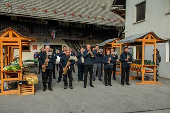 Pihalni orkester zaigral na Kmečki tržnici