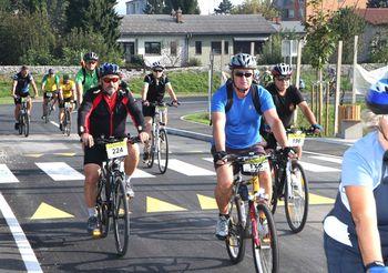 Po  dolini  102 kolesarja