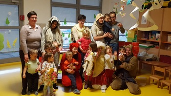 Starši otrok, ki obiskujejo vrtec v Krmelju, odigrali predstavo Babica Zima