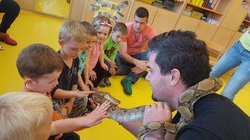 Otroke iz Oranžne igralnice vrtca v Krmelju obiskale eksotične živali