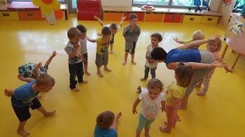 V Oranžni igralnici vrtca v Krmelju so otroci uživali ob izvajanju joge